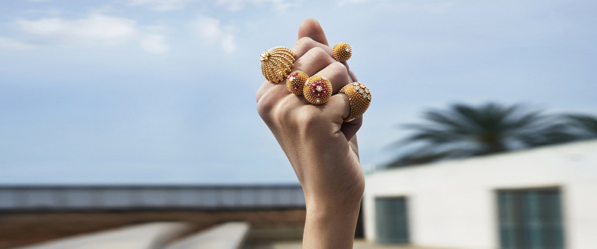 These beautiful rings in yellow gold from the Cactus de Cartier collection are encrusted with rubies and diamonds.