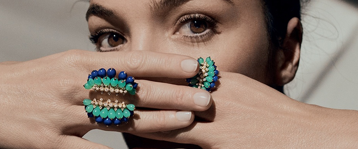This gorgeous Cactus de Cartier ring in yellow gold features chrysoprase, lapis lazuli and diamonds